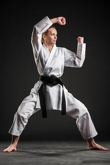 Luchador profesional de artes marciales tiro completo