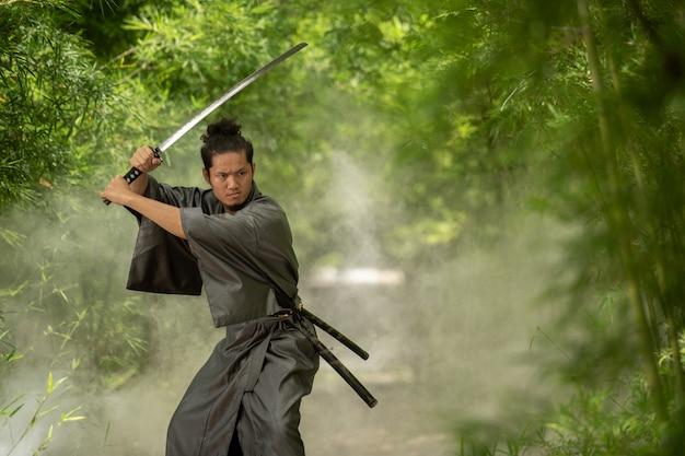 Luchador samurai japonés con uniforme tradicional.