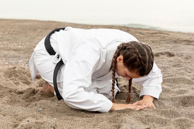 Luchadora femenina entrenando para artes marciales