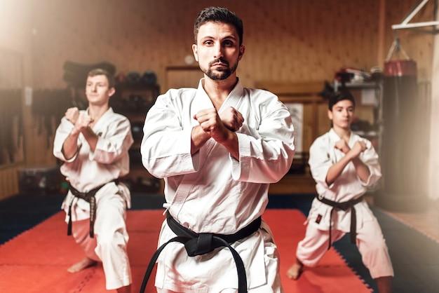 Los luchadores de artes marciales perfeccionan sus habilidades