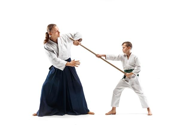 Luchadores en kimono blanco en sala blanca