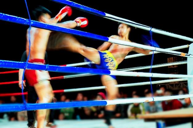 Luchando contra muay thai por la noche