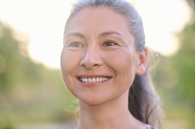 Luciendo bien. una foto de una mujer sonriente bastante madura