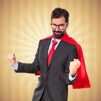 Lucky hombre de negocios vestido como superhéroe