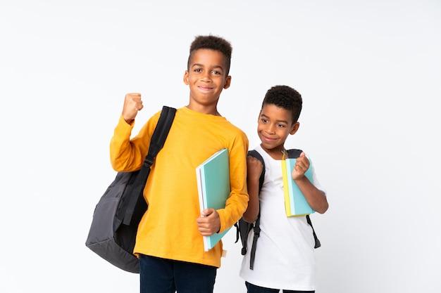 Lucky two boys estudiantes afroamericanos sobre pared blanca aislada