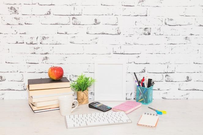 Lugar de trabajo con libros y teclado