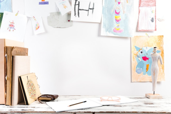 Lugar de trabajo de dibujo de niño brillante