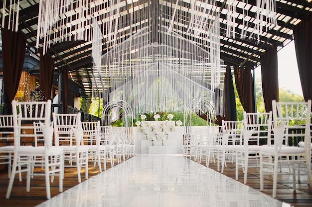 Lugar decorado para la ceremonia de la boda.