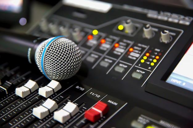 Lugar de micrófono en el mezclador de sonido digital.