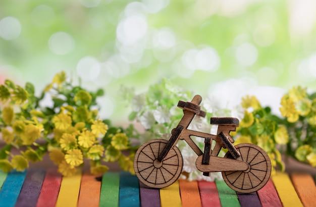 Lugar de modelo de bicicleta de madera en madera colorida