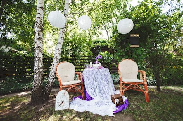 Lugar para una sesión de fotos de boda en la naturaleza con la decoración.