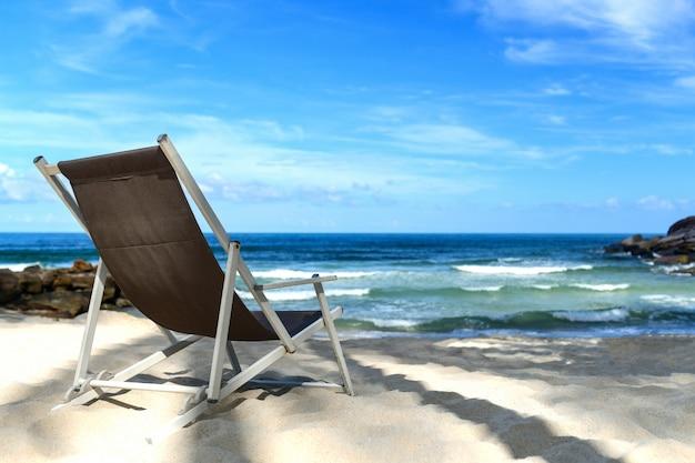 Lugar de la silla en la playa tropical para el fondo.