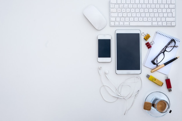 Lugar de trabajo blanco. nadie. una taza de café para hacer una pausa. oficina alternativa al aire libre. dispositivos y tecnología.