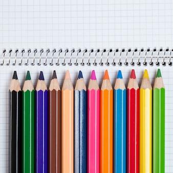 Lugar de trabajo. bloc de notas y lápices de colores