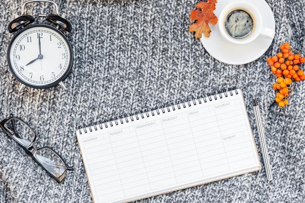 Lugar de trabajo en casa con una taza de café en tejido a cuadros