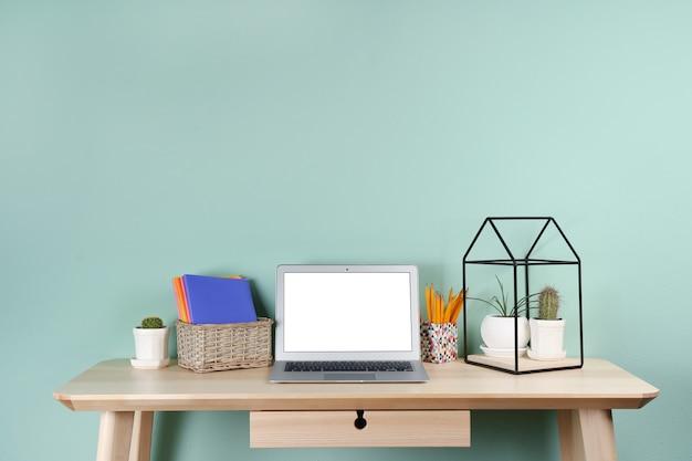 Lugar de trabajo cómodo con una computadora portátil moderna