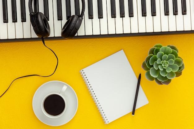 Lugar de trabajo de compositor o dj con sintetizador y auriculares