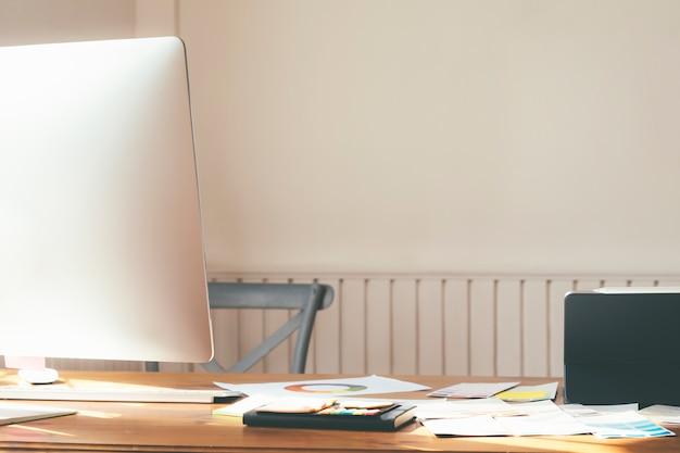Lugar de trabajo con computadora cómoda mesa de trabajo en la oficina.