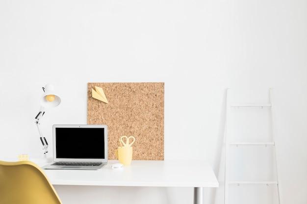 Lugar de trabajo con computadora portátil en casa