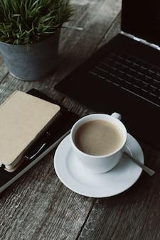 Lugar de trabajo con computadora y taza de café