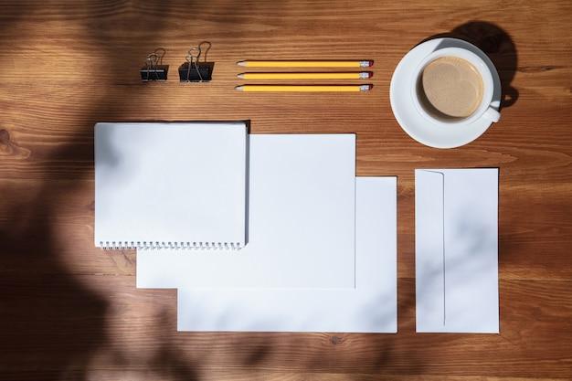 Lugar de trabajo creativo y acogedor en la oficina en casa