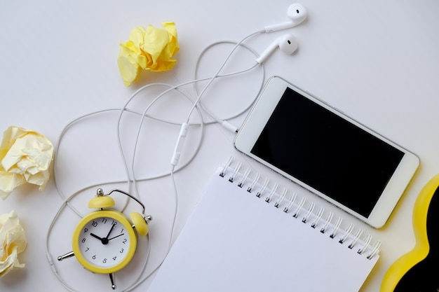 Lugar de trabajo creativo con portátil de auriculares de teléfono móvil con espacio de copia, despertador y cactus. trabajar desde el concepto de casa. educación en línea. vista superior. endecha plana.