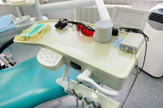 Lugar de trabajo del dentista en el consultorio dental, accesorios.
