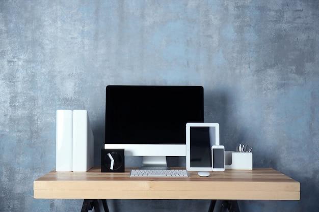 Lugar de trabajo de diseñador moderno con computadora