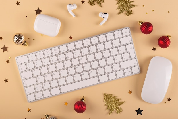 Lugar de trabajo con estilo minimalista entre decoraciones navideñas sobre un fondo neutro diseño de vista superior