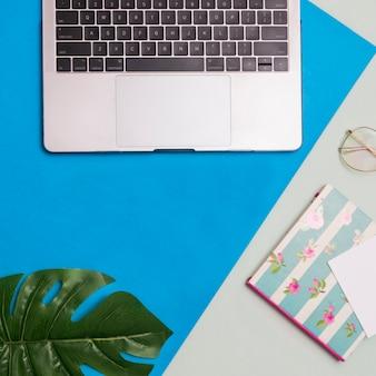 Lugar de trabajo con fondo gris y azul.