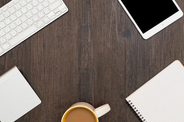 Lugar de trabajo con gadgets y café.