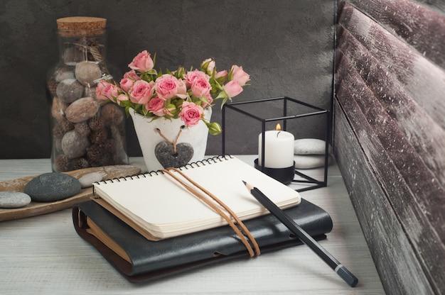 Lugar de trabajo independiente con libretas y lápiz