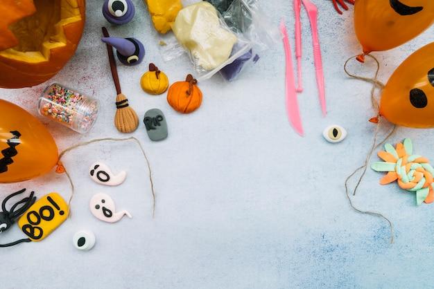 Lugar de trabajo con juego de plastilina y figuras hechas a mano de halloween