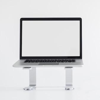 Lugar de trabajo con laptop en stand