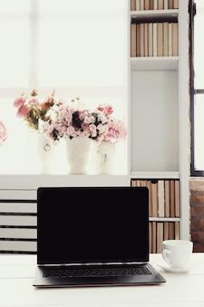 Lugar de trabajo con laptop y taza de café