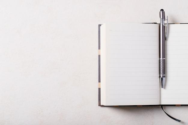 Lugar de trabajo con libreta y bolígrafo