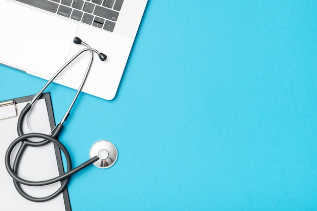 Lugar de trabajo de medicina moderna con laptop en el consultorio