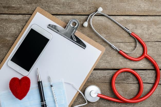 Lugar de trabajo médico con un estetoscopio en mesa de madera