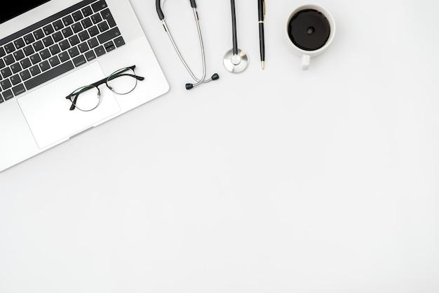 Lugar de trabajo del médico moderno con computadora portátil y herramientas