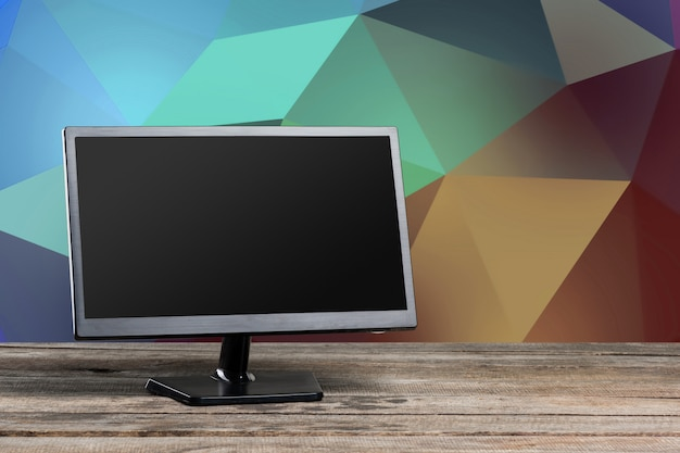 Lugar de trabajo moderno de oficina con monitor de computadora