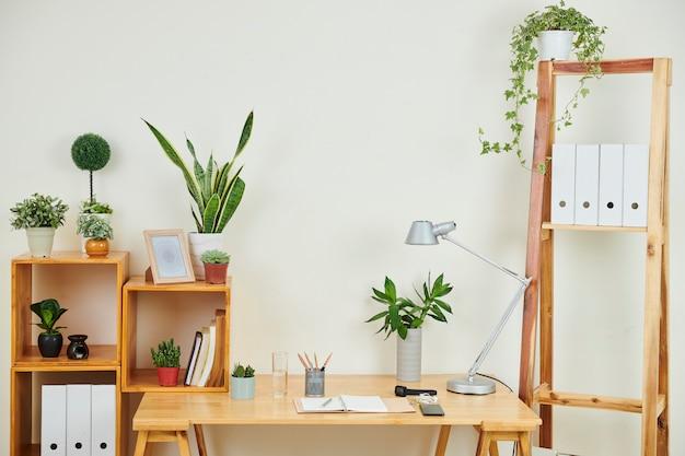 Lugar de trabajo moderno en la oficina