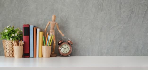 Lugar de trabajo moderno con suministros de oficina y espacio de copia en mesa blanca y pared gris loft