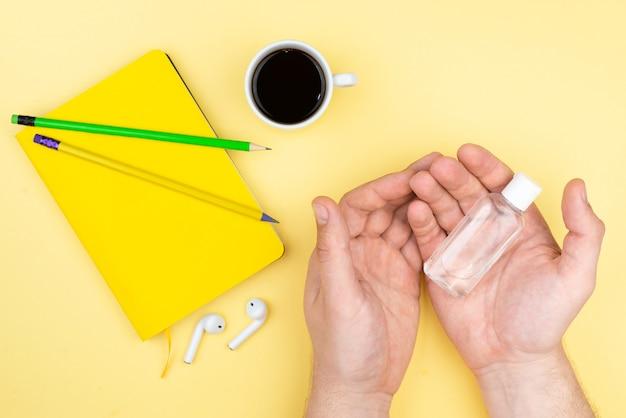 Lugar de trabajo de oficina en casa con taza de café, suculenta, bloc de notas y bolígrafo.