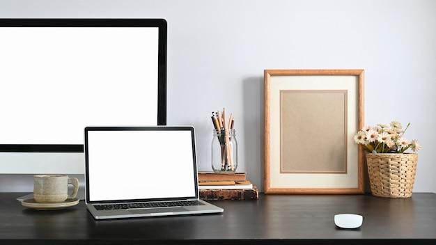 Un lugar de trabajo ordenado está rodeado de computadoras y equipos de oficina.