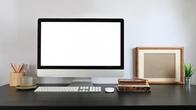 Un lugar de trabajo ordenado está rodeado de monitores de computadora y equipos de oficina.