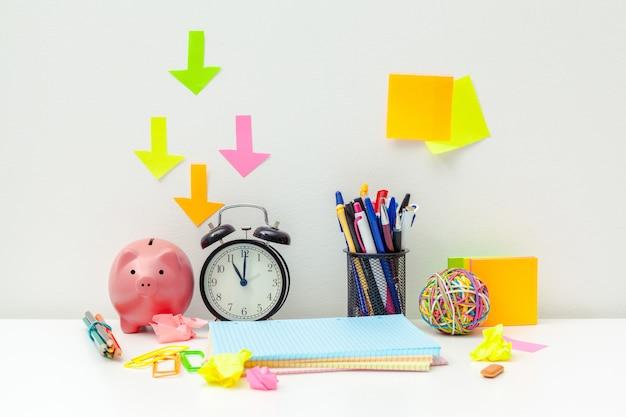 Lugar de trabajo de una persona creativa con una variedad de objetos coloridos de papelería.