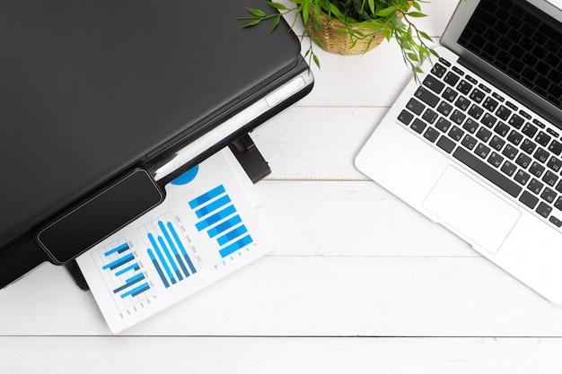 Lugar de trabajo de una persona de negocios. impresora y otros suministros de oficina