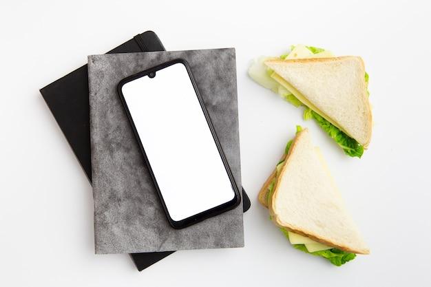 Lugar de trabajo con plato de deliciosos sándwiches