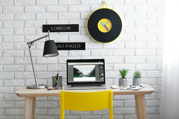 Lugar de trabajo con un portátil en la mesa en la habitación moderna