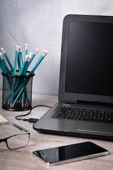 Lugar de trabajo con el portátil en la mesa de madera. oficina en casa, trabajando desde casa